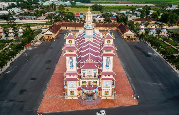 Tòa thánh được coi là tổ đình - cơ sở thờ tự cấp trung ương của đạo Cao Đài. Công trình khởi công năm 1933, hoàn thành năm 1947 nhưng đến năm 1955 mới khánh thành. Ngôi Tòa thánh có diện tích hơn 2.000 m2, nổi bật với hai lầu chuông và trống cao 25 m.