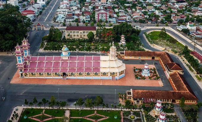 Trong khuôn viên Tòa thánh có gần 100 công trình kiến trúc lớn nhỏ khác nhau, được xây bằng bê tông cốt tre.