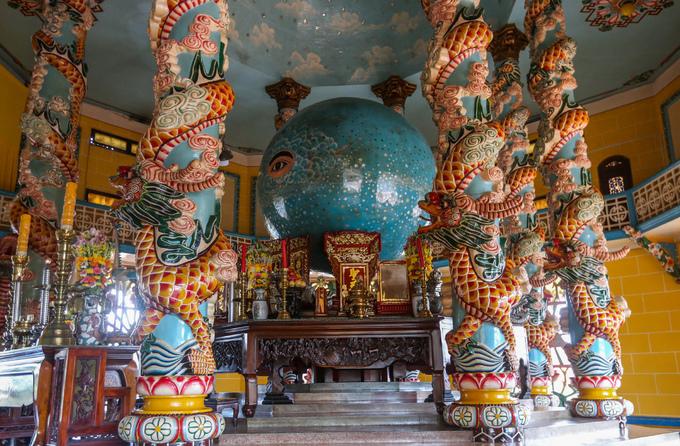 Khu chính điện thờ Thiên Nhãn nằm trên quả càn khôn có 3.027 ngôi sao (tượng trưng cho 3.072 quả địa cầu). Khách không được vào chính giữa tham quan, chụp hình mà chỉ nhìn chính điện từ hai bên.