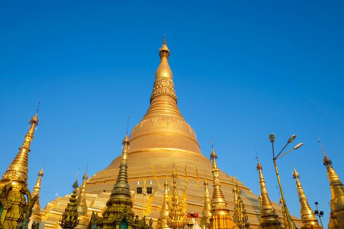 Chùa Shwedagon ở Yangon, Myanmar được xây dựng trên ngọn đồi thiêng Singuttara, diện tích gần 50.000 m2. Dù đứng ở đâu trong thành phố, bạn cũng có thể nhìn thấy ngọn tháp cao đến 99 m. Đây là công trình Phật giáo linh thiêng bậc nhất ở Myanmar.