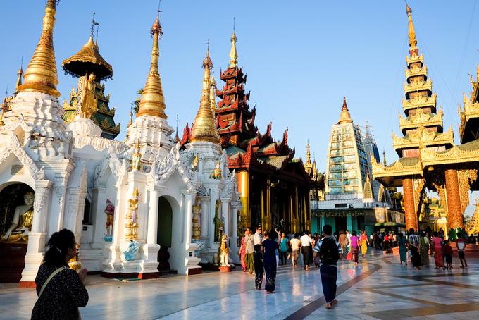 Theo truyền thuyết của người Myanmar, chùa Shwedagon có hơn 2.500 năm lịch sử. Tuy nhiên, các nhà khảo cổ ước tính công trình bắt đầu được xây dựng từ thế kỷ 6. Trải qua nhiều lần trùng tu, chùa hiện có 4 tòa tháp chính ở trung tâm và 64 tòa tháp nhỏ bao quanh, tất cả đều được dát vàng. Ước tính người Myanmar đã sử dụng 72 tấn vàng để xây dựng kiệt tác này.