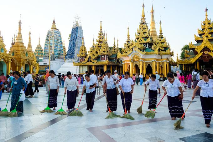 Người Myanmar rất coi trọng tín ngưỡng, chùa chiền với họ là nơi linh thiêng và luôn được chăm chút cẩn thận. Các nhà sư, gia đình và tín đồ đạo Phật coi việc hành hương tới chùa Shwedagon cũng giống như người theo đạo Hồi phải tới thánh địa Mecca một lần trong đời.