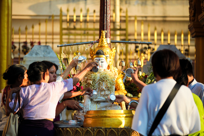 Trong chùa có 7 bồn nước tương ứng với 7 hành tinh và 7 ngày trong tuần. Tín đồ Phật giáo có thể tra lịch và tìm ngày sinh tương ứng với bức tượng trong tuần và thực hiện nghi thức tắm nước cho tượng Phật.