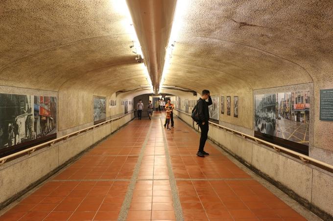 8h: Đài Bắc - Cửu Phần: Xuất phát tại ga Taipei Main Station đến ga Ruifang. Tuyến đường này chỉ có tàu chậm, thời gian di chuyển tầm 1 tiếng và bạn có thể dùng thẻ metro, không cần phải mua vé. Giá vé 30 TWD/chiều (khoảng 21.000 đồng). Ga Ruifang được xây từ khá lâu. Trước đây, nơi này là một mỏ than nên trong đường hầm treo những bức ảnh lịch sử cho du khách muốn tìm hiểu văn hóa. Bên cạnh đó, ra khỏi ga là đoạn phố cổ Ruifang với vài quán cafe xinh xắn. Bạn có thể nán lại đây ít phút đi dạo trước khi chuyển trạm lên Cửu Phần.