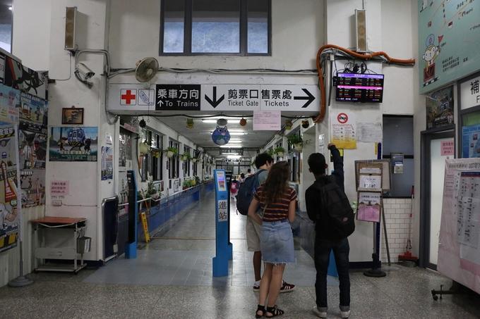 """12h: Cửu Phần - Làng mèo Houtong: Bạn phải bắt xe buýt quay lại ga Ruifang, rồi từ đây bắt tàu đi Houtong. Giá vé tàu 16 TWD/chiều (tầm 12.000 đồng). Nơi này được mệnh danh là """"Thủ phủ của loài mèo"""" ở Đài Loan, nên từ quầy vé cho đến mọi lối đi đều trang trí nhiều hình mèo đáng yêu."""