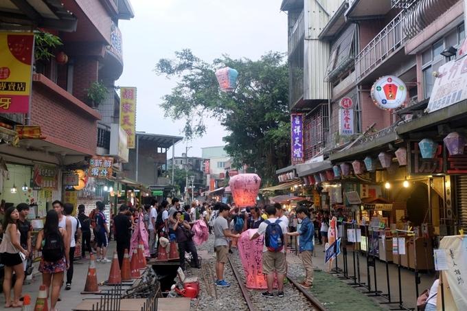 Nhiều du khách chọn Thập Phần là điểm thả đèn trời, nhưng nếu chịu khó đi xa một chút đến Pingxi, bạn không chỉ thỏa mãn bởi đây là một trong những điểm thả đèn đẹp nhất Đài Loan, mà còn chìm đắm bởi hàng quán quà vặt ven đường. Con phố cổ này cũng là địa điểm quay phim điện ảnh ăn khách một thời Cô gái năm ấy chúng ta cùng theo đuổi. Giá thả đèn 150 - 200 TWD/chiếc (khoảng 100.000 - 140.000 đồng).
