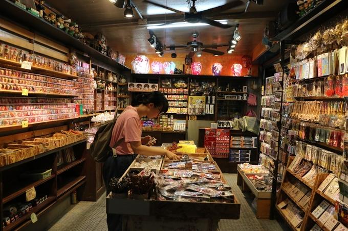Tranh thủ lúc trời còn sáng, dạo một vòng quanh các tiệm bán đồ lưu niệm, ăn vặt đến khi hoàng hôn xuống rồi thả đèn là đẹp. Hàng ăn uống đóng cửa tầm 18h, riêng món xúc xích nướng được khá nhiều người ưa chuộng. Sau đó bắt tàu về thẳng Ruifang, từ Ruifang chuyển trạm về Đài Bắc tầm 20h.