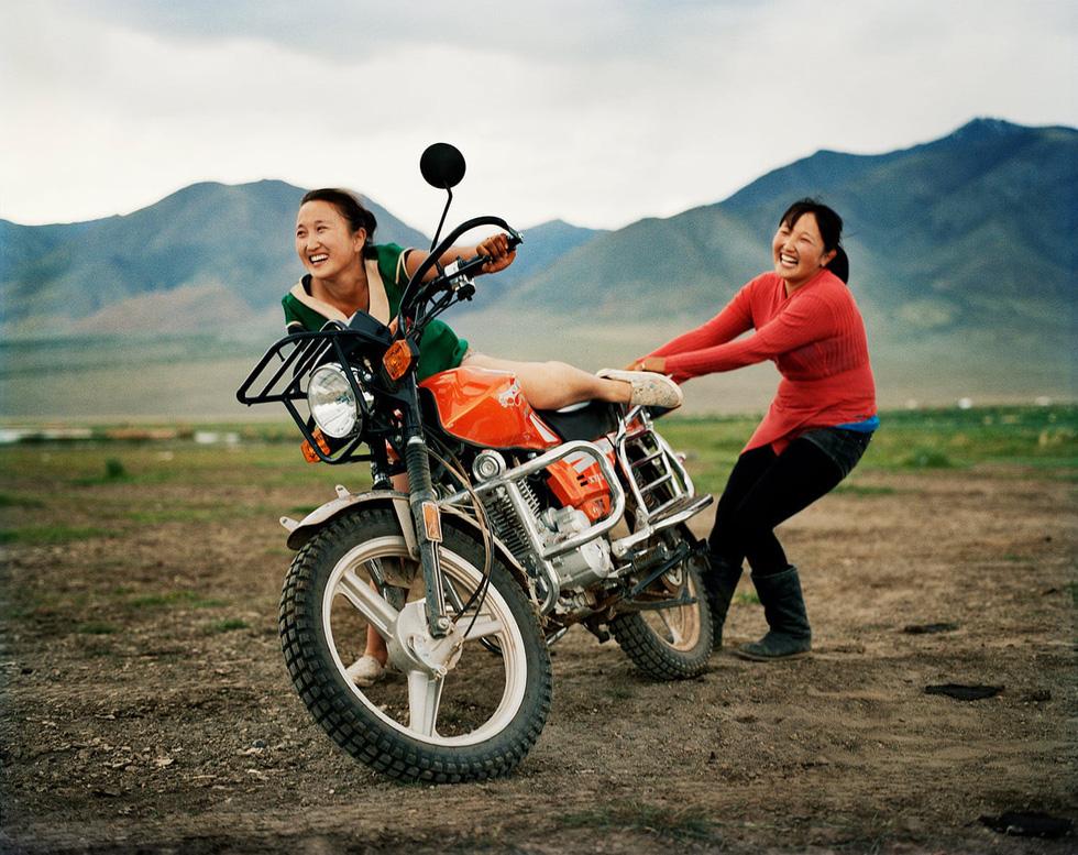 Hai cô gái người Mông Cổ cười tươi trong lúc thử lái chiếc xe của Lagrange. Đây là một trong những khoảnh khắc ấn tượng được anh ghi lại trong cuộc hành trình khám phá Mông Cổ.