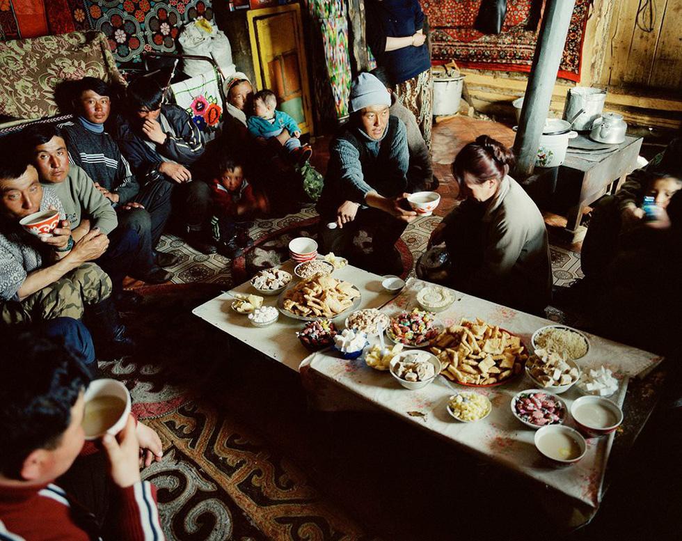 Trong mỗi lần có dịp ghé thăm, anh và nhóm bạn được gia đình Mông Cổ thiết đãi bữa ăn ngon lành.