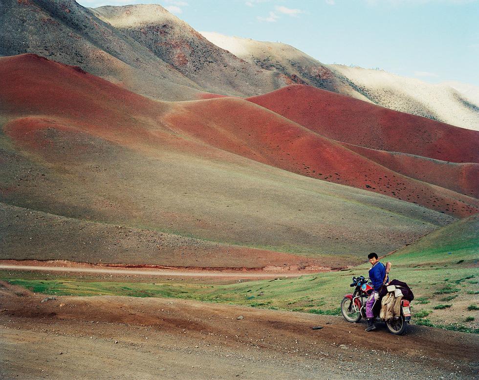 Mông Cổ tràn đầy sức sống vào mùa hè. Trong ảnh cho thấy một thợ săn vừa hạ được con sóc đất và chở về nhà ở gần hồ Üüreg, miền tây Mông Cổ.