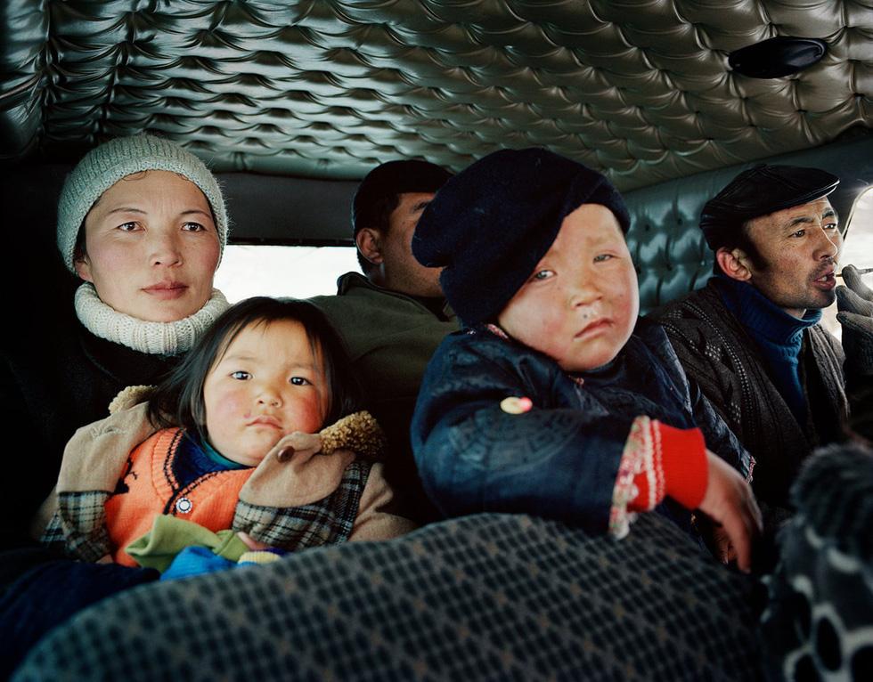 Nhưng mùa đông ở Mông Cổ lại rất khắc nghiệt. Khi đến đây vào năm 2004, Lagrange và nhóm của anh đã gặp một trận bão tuyết tại làng Tsengel và chứng kiến cảnh tượng những người dân phải đi sơ tán khỏi nơi ở.