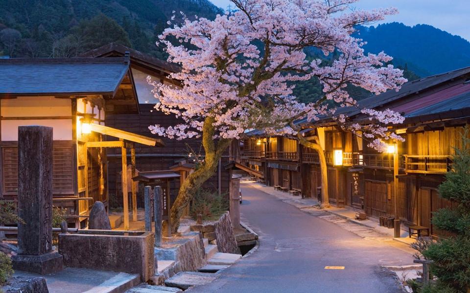 Thung lũng Kiso: Kiso có tuyến đường Nakasendo, một trong năm đường bộ nối Edo với Kyoto thời xưa. Do đó, thung lũng này chứa đựng nhiều công trình, đền đài lịch sử, cùng những ngôi nhà cổ và rừng rậm cho du khách khám phá. Ảnh: Pinterest.