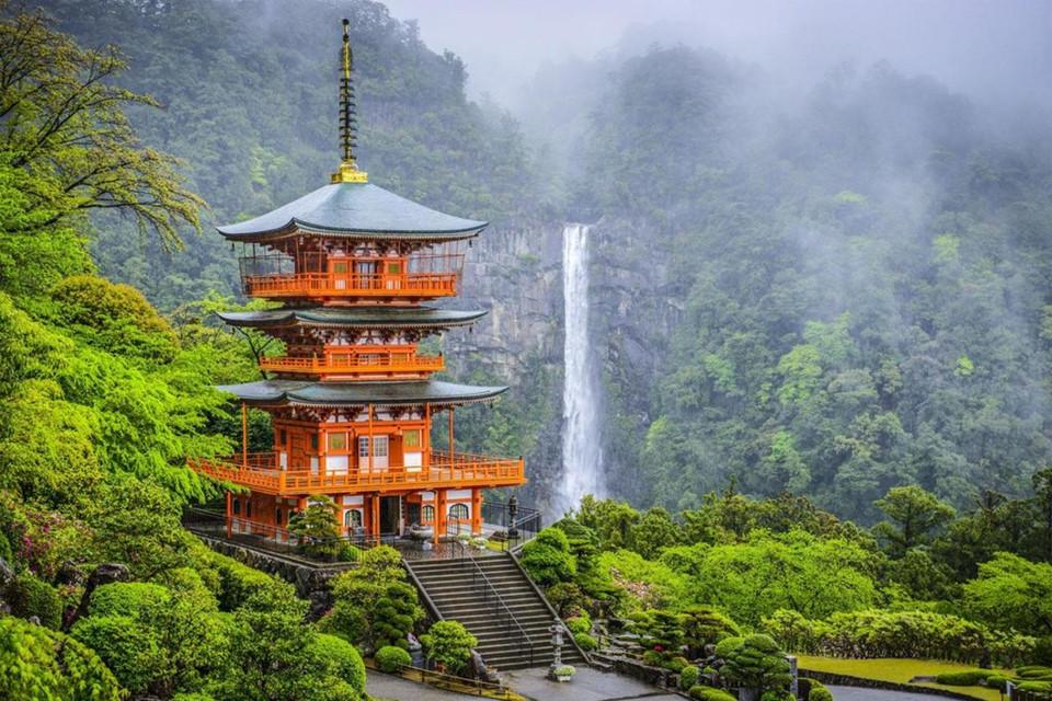 Thác Nachi: Thác Nachi là thác một dòng cao nhất Nhật Bản, đổ xuống từ độ cao 133 m. Cạnh thác, đền Nachi Taisha Shinto hơn 1.400 tuổi đem lại cho khung cảnh vẻ đẹp cổ kính, thiêng liêng. Ảnh: Kimkim.
