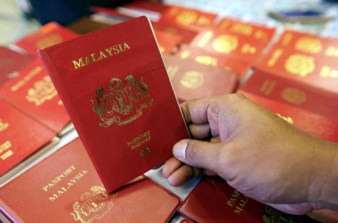 Năm 1998, công ty IRIS Corporation tại Malaysia phát triển công nghệ sinh trắc học ứng dụng trên hộ chiếu, theo Malay Mail. Từ đó, chính phủ nước này bắt đầu cấp hộ chiếu điện tử cho công dân. Tới tháng 12/2002, dữ liệu về dấu vân tay được cập nhật thêm vào chíp điện tử, bên cạnh thông tin cá nhân, ảnh chân dung và chữ ký số. Ảnh: News Straits Times.