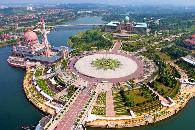 Malaysia chia làm hai vùng riêng biệt: Tây Malaysia trên bán đảo Malay gồm 11 bang, và Đông Malaysia trên đảo Borneo gồm 2 bang. Thủ đô của Malaysia là Kuala Lumpur, nhưng nơi đặt trụ sở của chính phủ, trung tâm hành chính và pháp lý của Malaysia hiện tại là thành phố Putrajaya, theo World Atlas. Ảnh: Citrus Holidays.