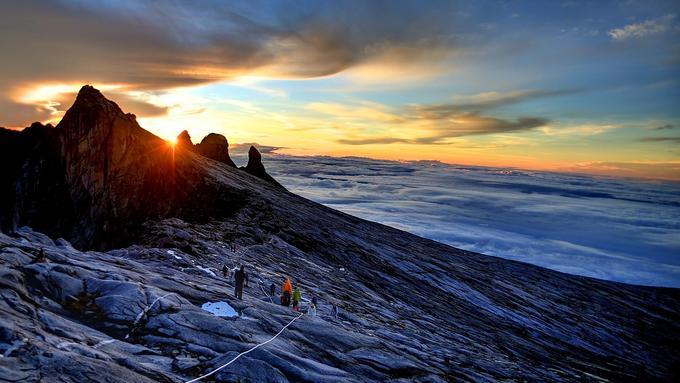 Malaysia sở hữu ngọn núi cao nhất Đông Nam Á là đỉnh Kinabalu cao 4.095 m, nằm ở bang Sabah. Đỉnh Kinabalu là di sản thế giới được bảo vệ nghiêm ngặt trong vườn quốc gia cùng tên. Ảnh: G Adventures.