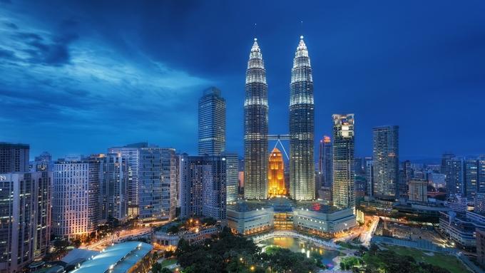 Tháp đôi Petronas tại Kuala Lumpur từng là tòa nhà cao nhất thế giới với chiều cao 452 m cho tới năm 2004, khi Tòa 101 cao 508 m khánh thành tại Đài Bắc (Đài Loan). Tháp Petronas có hai khối nhà cao 88 tầng, với cầu nối Sky Bridge ở tầng 41 và 42. Ảnh: Stmed.
