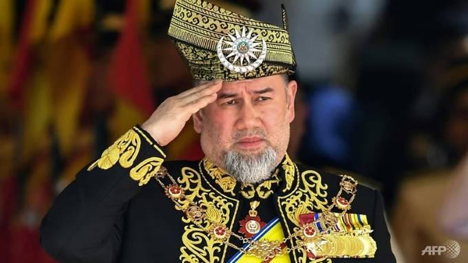 Malaysia có 9 vị vua cai quản những bang riêng. 5 năm một lần, Hội nghị các quân chủ Malaysia sẽ bầu chọn ra một vị Yang di-Pertuan Agong (Quốc vương Malaysia) từ 9 vị vua. Yang di-Pertuan Agong thứ 15 hiện tại là Sultan Muhammad V của bang Kelantan. Hồi tháng 11, quốc vương kết hôn với Oksana Voevodina - Hoa hậu Moskva năm 2015. Ảnh: AFP.