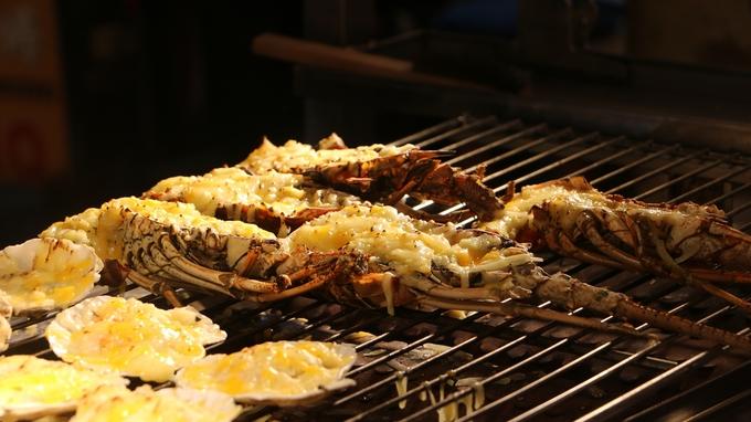 Tôm nướng phô mai béo thơm là một trong những món đắt tiền nhất ở các chợ đêm, giá trung bình tầm 200.000 đồng/phần. Thịt khá tươi và ngọt, lớp phô mai dày làm thỏa lòng các tín đồ món béo.
