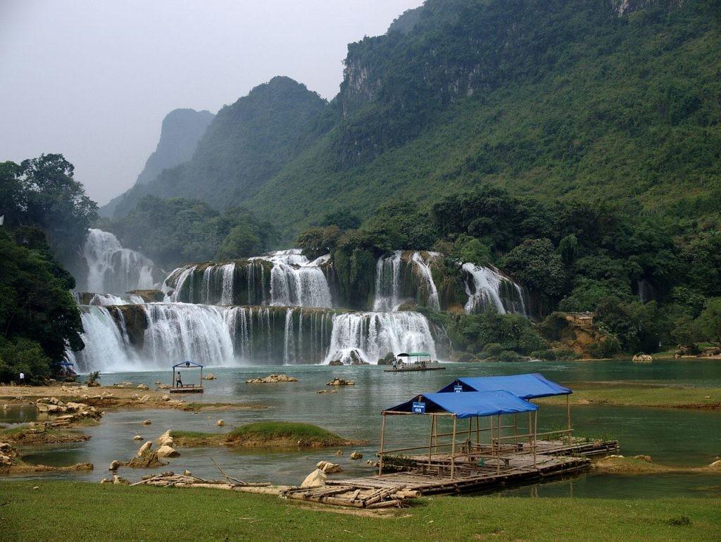 Thác Bản Giốc  Đây là một trong những thác lớn và hùng vĩ bậc nhất ở Việt Nam. Thác có ba tầng được bao quanh bởi cây cối xanh tươi, thuộc địa phận của tỉnh Cao Bằng. Ảnh: WikiCommons.