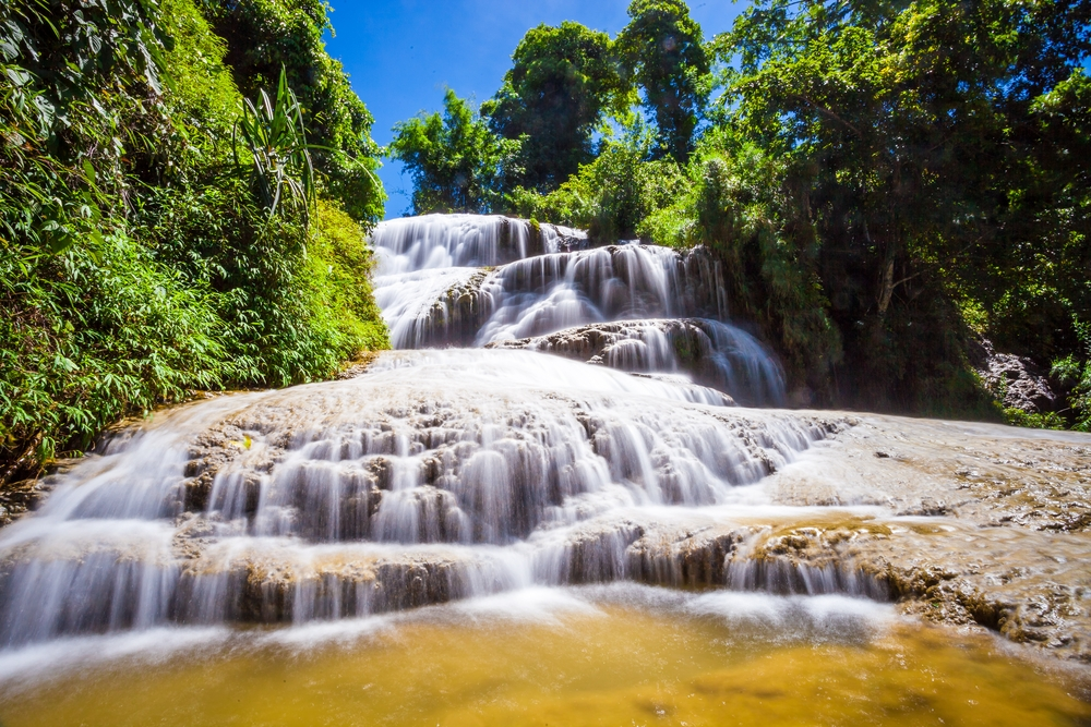 Thác Mu  Nằm giữa cánh rừng hoang sơ, đây là nơi lý tưởng cho chuyến dã ngoại cuối tuần. Thác Mu thuộc tỉnh Hòa Bình, cách Hà Nội khoảng 130 km. Sự hùng vĩ của thác được ghi dấu bởi độ cao 100 m. Du khách có thể ngâm mình dưới nước tại đây. Ảnh: Nguyen Duc Hieu.