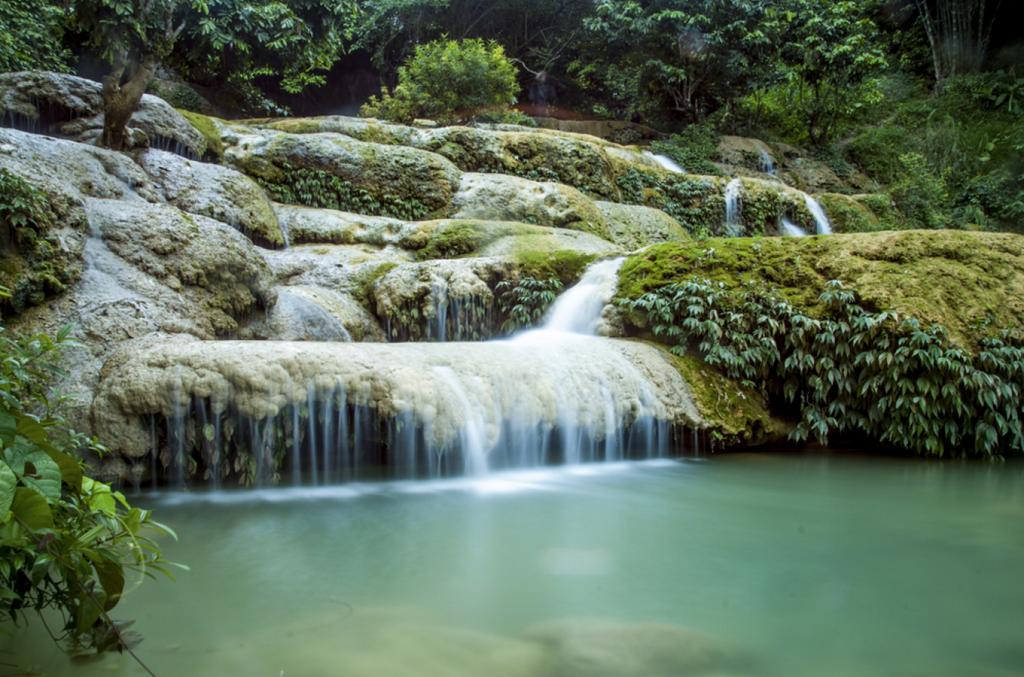 Thác Mây  Thác Mây thuộc xã Thạch Lâm, huyện Thạch Thành, tỉnh Thanh Hóa. Thác đổ xuống từ đỉnh núi Thạch Lâm, ở độ cao khoảng 100 m, với 9 bậc thác gối lên nhau. Nhìn từ xa, thác như một dải lụa trắng mềm mại nổi bật trên nền xanh thẫm của rêu phong. Bao quanh thác là những hàng cổ thụ tán rộng. Ảnh: Tran Qui Thinh.