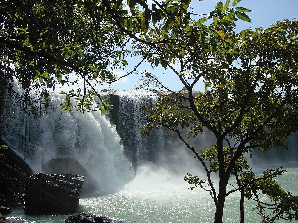 Thác Dray Nur  Nằm trên địa phận tỉnh Đắk Nông, thác Dray Nur là một trong những điểm dừng chân được nhiều phượt thủ yêu thích bởi vẻ đẹp hùng vĩ và ấn tượng của thác cao, dòng nước chảy mạnh. Bao quanh thác là rừng cây xanh tốt quanh năm. Sau khi tận hưởng vẻ đẹp hùng vĩ của thác, bạn có thể đến thăm các buôn làng và rừng cây cổ thụ nghìn năm tuổi cùng nhiều loài động vật quý hiếm. Vé tham quan thác Dray Nur 30.000 đồng một người. Ảnh: Y Kpia Mlo.