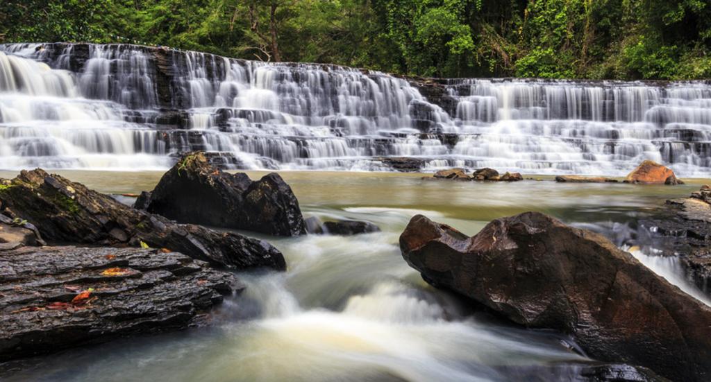 Thác Thủy Tiên  Thác cách TP Buôn Ma Thuột khoảng 56 km. Từ trung tâm thành phố, bạn hỏi đường đến xã Ea Puk, huyện Krông Năng. Thác cách thị trấn huyện khoảng 15 km. Thác trải dài hơn 1 km, rộng khoảng 40 m, gồm 3 tầng và mỗi tầng có một vẻ đẹp riêng. Ba tầng của thác tạo nên tầm nhìn toàn cảnh tuyệt đẹp cho người yêu thiên nhiên. Nếu tầng thác thứ nhất và thứ hai nước chảy êm đềm hơn và độ dốc thấp, tới tầng thứ 3 và càng về cuối thác, nước càng chảy mạnh hơn. Ảnh: Saigonese Photographer.
