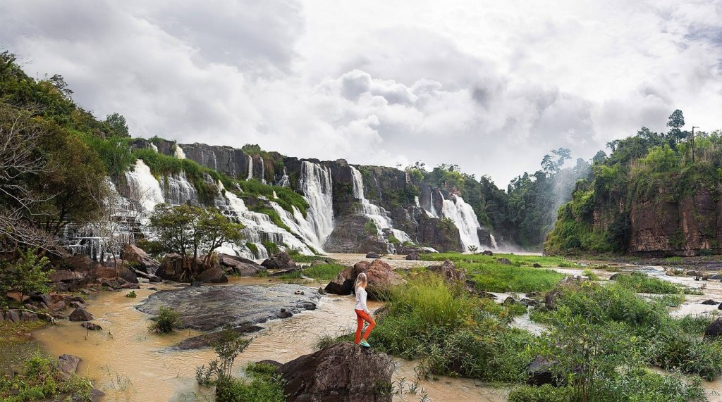 Thác Pongour  Còn gọi là thác Bảy Tầng, thác Pongour thuộc huyện Đức Trọng, cách trung tâm thành phố Đà Lạt khoảng 50 km. Thác có độ cao 40 m chảy qua 7 tầng đá. Nhờ vẻ đẹp hoang sơ và hùng vĩ nổi bật của núi rừng Tây Nguyên, thác được vua Bảo Đại phong là Nam thiên đệ nhất thác. Thác được bao quanh bởi khu rừng nguyên sinh có diện tích khoảng 2,5 ha với thảm thực vật đa dạng và phong phú. Giá vé cho người lớn là 10.000 đồng và 5.000 đồng cho trẻ em. Ảnh: Vadim Kaipov.