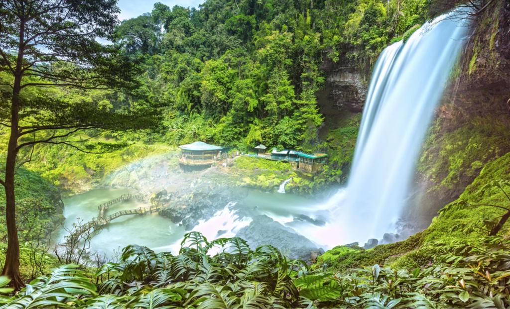 Thác Dambri  Dambri nằm cách thành phố Bảo Lộc 18 km. Đây là một trong những ngọn thác cao nhất ở Việt Nam. Đến tham quan thác, du khách có thể khám phá ống trượt dài 1.650 m, tham quan, chụp ảnh tại vườn thú, tham gia lễ hội cồng chiêng, chèo thuyền, câu cá, lửa trại, xiếc thú… Giá tham quan cho người lớn là 150.000 đồng, trẻ em là 100.000 đồng. Ảnh: Thoai.