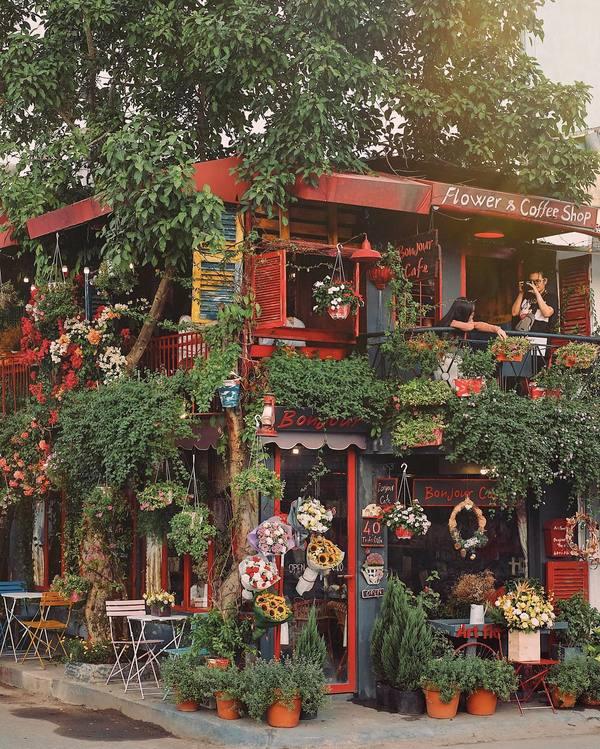 Bonjour  Nằm ở Thảo Điền, quận 2, quán mang dáng dấp tiệm cà phê hè phố ở Pháp. Đến đây, khách như lạc vào không gian cổ tích đầy hoa cỏ được sắp đặt khắp nơi. Tông màu đỏ chủ đạo càng khiến cửa tiệm nổi bật ở góc đường.  Nơi này được lòng phái nữ bởi những chi tiết nhỏ nhắn như thùng thư, bảng hiệu, thực đơn dựng trước cửa... chỉ cần đứng vào là bạn đã có hình đẹp. Ảnh: @johnnytonton.