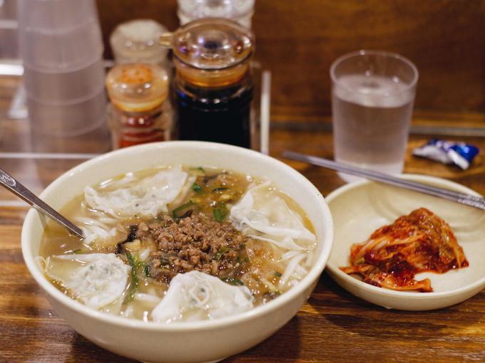 Kalguksu (Phở thủ công kiểu Hàn Quốc)  Không chỉ ở Việt Nam mới có phở, Hàn Quốc cũng có một loại mì sợi giống phở được làm thủ công do người thợ sử dụng dao để cắt, gọi là Kalguksu.  Món này thường được chan nước dùng ninh từ xương ăn kèm với những miếng thịt gà hoặc bò băm. Có nơi còn cho thêm màn thầu vào tô cho đầy đặn nhiều vị. Vì là món thủ công nên không có nhiều nơi bán Kalguksu.