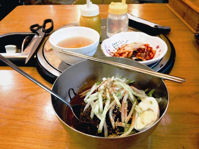 Naengmyeon (Miến cay lạnh)  Tuy có nhiệt độ lạnh và được dùng nhiều vào mùa nóng ở Hàn Quốc nhưng thực chất, Naengmyeon vốn là món ăn mùa đông truyền thống của người Triều Tiên.  Sợi mì nhỏ giống miến Việt Nam, làm từ bột sắn dây, kiều mạch, rong biển. Theo truyền thống, miến được phục vụ trong một bát kim loại đựng nước dùng ướp đá lạnh, rau sống thái chỉ, vài lát lê Hàn Quốc và thường thêm một quả trứng luộc hoặc thịt lạnh. Khi ăn, khách nêm thêm mù tạt cay và giấm. Miến lạnh Naengmyeon thường có trong các hàng đồ nướng lẩu như một món để làm dịu sự cay nóng.