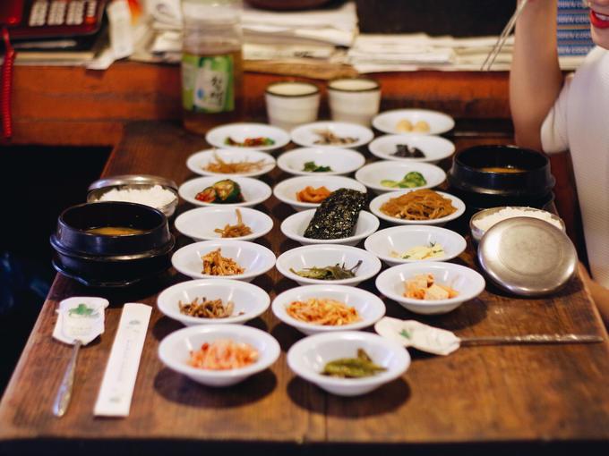 Banchan  Banchan là tên gọi chung cho các món ăn phụ đặt trong chén đĩa nhỏ ở giữa bàn để mọi người có thể dùng chung. Theo quy định, con số banchan trên bàn có thể là 3 - 5 - 7 - 9 - 12 món như rong biển, các loại kim chi, trứng, miến trộn, thịt kho, thịt nướng...  Tuy là món phụ nhưng nếu thiếu banchan, bữa ăn sẽ trở nên sơ sài và bị nhạt miệng. Thông thường, khi ăn bất cứ món chính nào, bạn đều được phục vụ thêm banchan miễn phí. Các món phụ luôn được phục vụ trước để thực khách nếm khai vị lai rai, trong quá trình bữa ăn nếu thiếu sẽ được bổ sung, và để nhâm nhi khi kết thúc bữa ăn.
