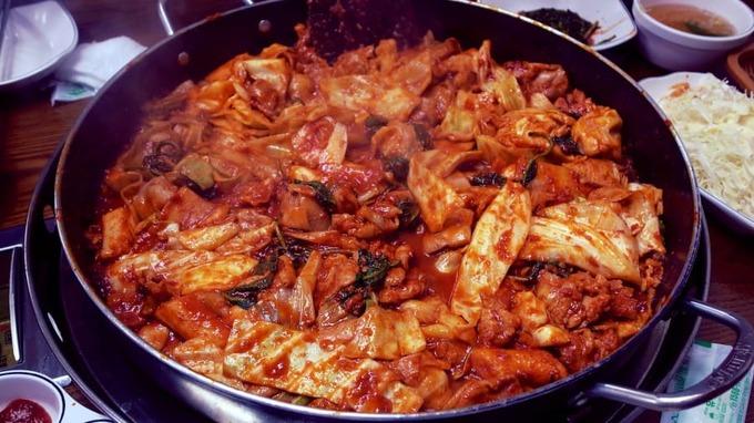 Dak galbi là món gà xào nổi tiếng ở phía đông bắc thành phố Chuncheon, gồm bắp cải, bánh gạo, hành tây, tỏi tây và khoai lang nấu với nước sốt cay hơi ngọt được làm từ ớt bột, nước tương và nghệ. Chảo gà nấu nóng hổi, cay xè và đậm vị khiến bạn có cảm giác như đây là món ăn tổng hợp tất cả các loại thực phẩm xứ kim chi. Địa chỉ gợi ý:Dak Galbi, 77 Human-ro, Hupyeong 3-dong, Chuncheon