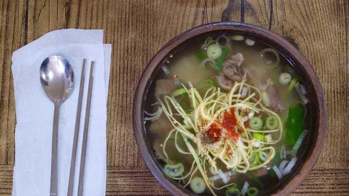 Mom guk là món ăn đặc sản của Jeju, nhiều rau tươi và gần như không có gia vị, chỉ đơn giản là canh thịt heo nấu với rong biển. Canh mom guk không bắt mắt, có màu xanh sẫm nhưng nhờ vị ngọt thanh đặc trưng mà có thể làm hài lòng tất cả thực khách. Địa chỉ gợi ý: Jeju Tosok - Ido-1dong, Bosung Traditional Market, Jeju.