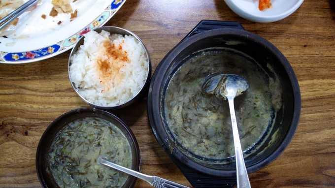 White House tại thị trấn Naju, phía đông nam Hàn Quốc là nhà hàng lâu đời nổi tiếng về món gomtang. Canh thịt bò gomtang được hầm rất lâu nên nước canh không chỉ ngọt mà còn trong. Canh đựng trong những bát đá nóng gồm thịt ức bò, cơm, hành lá và trứng thái sợi còn bốc khói nghi ngút khi bê ra cho khách. Địa chỉ: White House, 48-17 Jungang-dong, Naju, Jeollanam-do.