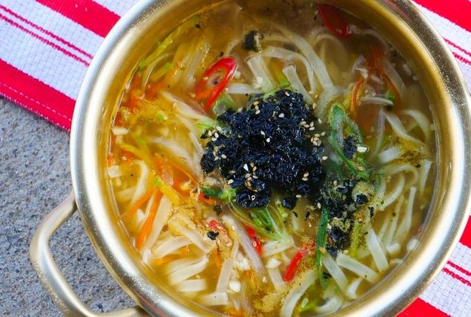 Thố kalguksu nóng hổi với sợi mỳ dày cực kỳ ngon làm từ bột mỳ, trứng và bột đậu nành giúp bạn ấm bụng ngay tức khắc. Sợi mỳ kalguksu không được ép hay kéo mà cắt bằng dao, dai húp với nước súp đậm đà, đã miệng. Địa chỉ gợi ý: Geum-Ak Kalguksu, 12-6, Daehak-gil, Gangneung, Gangwon-do.