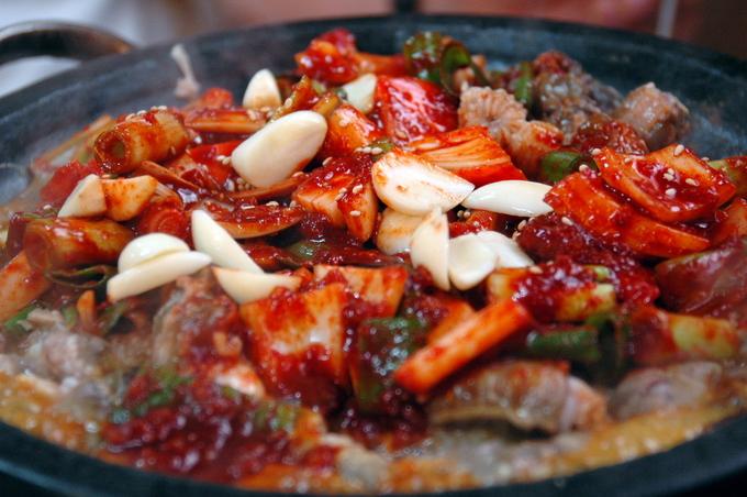 Kkomjangeo hay còn gọi là cá mút đá nướng ở chợ cá Jagalchi phía đông nam Busan là món ăn mà du khách phải nếm thử khi đến thành phố biển này. Thực chất, ban đầu loại cá này không phải là món ăn phổ biến của người Hàn Quốc, thịt của nó thường bị bỏ đi nhưng người Busan thì đã tẩm ướp, nướng hoặc xào và cho ra đời món ăn đặc sản như bây giờ. Địa chỉ gợi ý: Jagalchi Market, 52 Jagalchihaean-ro, Nampo-dong, Jung-gu, Busan.