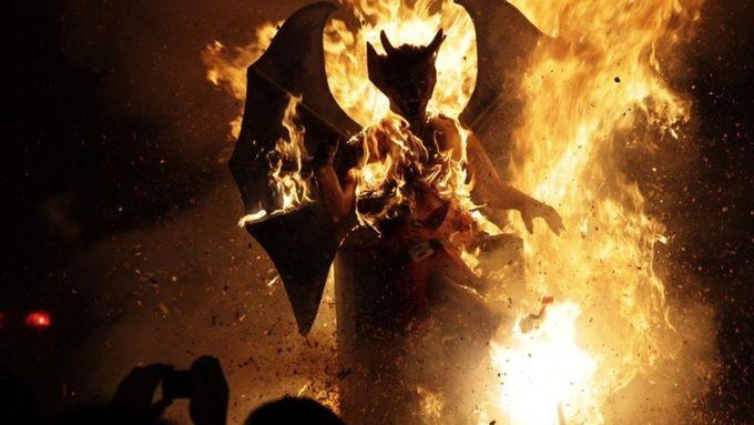 Guatemala: Thiêu cháy ma quỷ  Để loại bỏ những vong hồn xấu xa ra khỏi nhà trong năm mới, người Guatemala sẽ dọn dẹp sạch sẽ nhà cửa vào tháng 12. Rác từ các ngôi nhà, khu phố sẽ được chất thành đống lớn. Người ta sẽ đặt một bức tượng ma quỷ lên trên đống rác và đốt cháy. Họ cho rằng những thứ xấu xí sẽ bị thiêu rụi cùng quỷ dữ. Ảnh: Reuters.