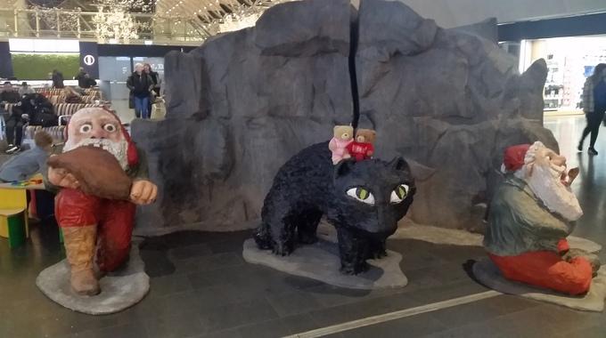 Iceland: Nỗi sợ mèo Yule  Trong truyền thuyết, Yule là một con mèo lớn và hung ác, ẩn nấp trong tuyết. Đứa trẻ không được nhận quần áo mới trong đêm Giáng sinh sẽ bị mèo Yule nuốt chửng. Những người nông dân Iceland kể câu chuyện để khích lệ việc sản xuất len vào mùa thu trước Giáng sinh. Theo đó, ai tham gia công việc sẽ được thưởng quần áo mới. Người nào không được nhận gì sẽ bị con mèo quái dị đó bắt đi. Ảnh: Puffles and honey adventures.