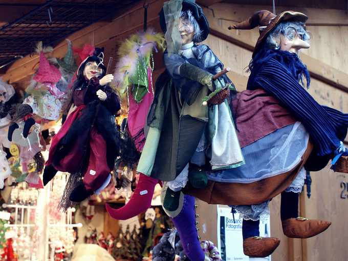 Italy: Không sợ phù thủy Giáng sinh  Người Italy không cần ông già vui vẻ trong bộ đồ đỏ vào đêm Giáng sinh. Thay vào đó, họ có Befana, một phù thủy thân thiện, người sẽ mang đồ chơi và kẹo cho những em bé ngoan. Ảnh: Creative compolsive.