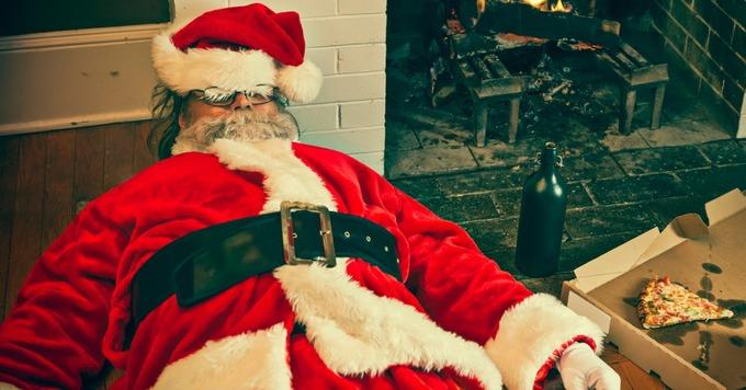 Mỹ: Những ông già Noel say xỉn  Thay vì tay trong tay tận hưởng kỳ nghỉ, nhiều người đã nảy ra ý tưởng SantaCon và truyền thống này đã được thực hiện qua nhiều năm. Mọi người từ khắp nơi trên thế giới sẽ đổ xô về thành phố New York, mặc trang phục Giáng sinh như yêu tinh, ông già Noel, người tuyết và tham gia uống rượu. Cuộc nhậu nhẹt thường bắt đầu trước 8h nên nhiều ông già Noel sẽ phải bò trên đường vào giữa chiều. Ảnh: ShortList.