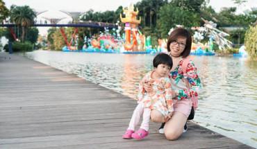 ba-me-tre-dua-con-3-tuoi-di-du-lich-singapore-nhan-tenh-ivivu-1