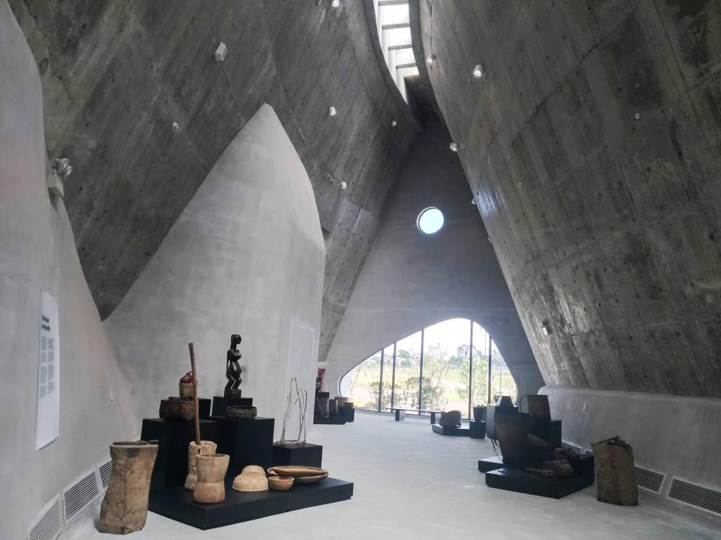 Không giống những bảo tàng khác, không gian bày trí bên trong của Thế giới cà phê hoàn toàn mở với du khách. Các hiện vật được bày trí ngay trên lối đi, theo từng khu, không đóng trong tủ kính.
