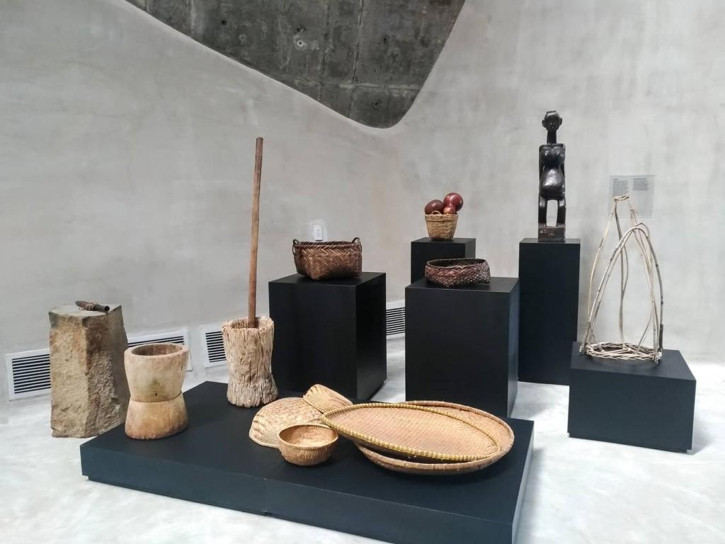 Ngoài bộ sưu tập nổi tiếng của bảo tàng Jens Burg, Thế giới cà phê cũng trưng bày nhiều vật dụng, công cụ sản xuất và chế biến cà phê của Việt Nam từ thời kỳ sơ khai đến ngày nay. Nhiều hiện vật lần đầu xuất hiện ở Việt Nam khiến du khách thích thú.