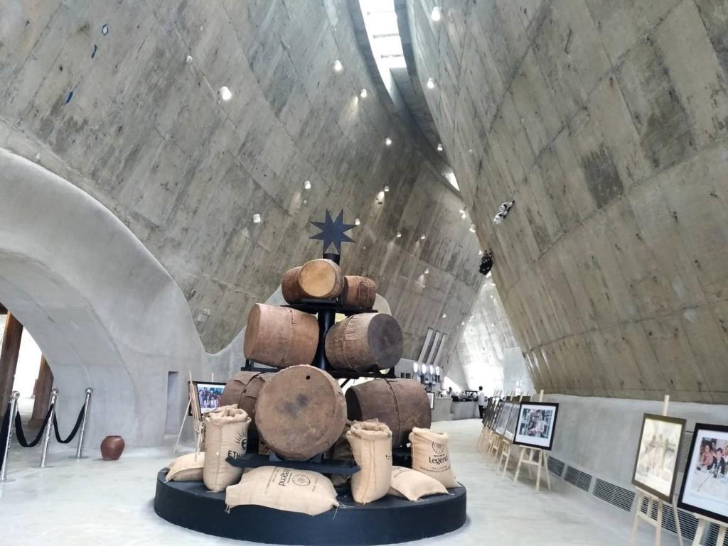 Từ thiết kế đến phong cách bày trí trong bảo tàng đều mang đậm dấu ấn văn hoá truyền thống của các dân tộc Tây Nguyên. Không gian bên trong được thiết kế cao và thoáng, dùng ánh sáng tự nhiên.