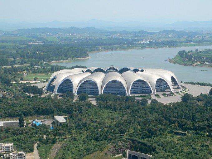 Theo công ty Koryo Tours - một trong số ít các đơn vị lữ hành dẫn du khách đi Triều Tiên, các lãnh đạo nước này muốn khẳng định vị thế quốc gia qua những công trình kiến trúc. Trong đó nổi bật có sân vận động 1 tháng 5 được xây dựng theo hình dáng của bông hoa mộc lan, nằm bên bờ sông Taedong của thủ đô Bình Nhưỡng. Ảnh: Nick Bonner.