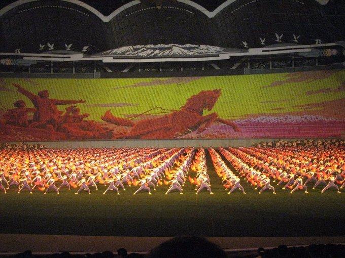 Một màn biểu diễn nhắc đến hình tượng ngựa bay Chollima, tương tự với ngựa có cánh Pegasus trong thần thoại Hy Lạp. Chollima biểu trưng cho tinh thần anh dũng quật cường của người dân Triều Tiên. Ảnh: Chris Price/Flickr.