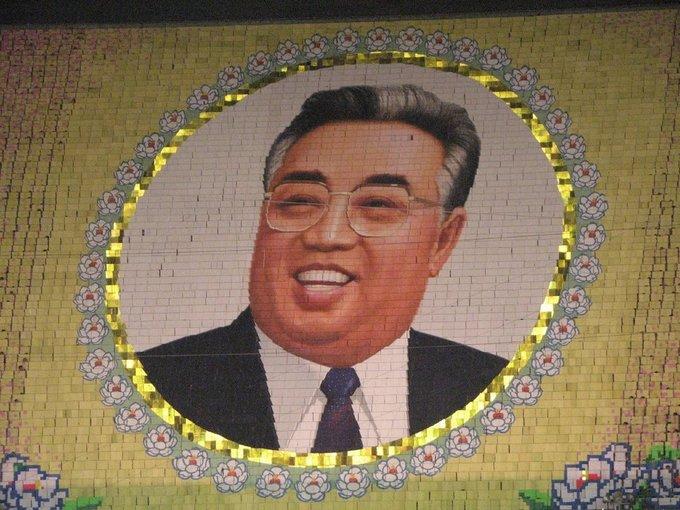 Mọi màn biểu diễn đều hướng tới cố chủ tịch Kim Il Sung, người lãnh đạo Triều Tiên từ năm 1972 tới 1994. Ảnh: Chris Price/Flickr.